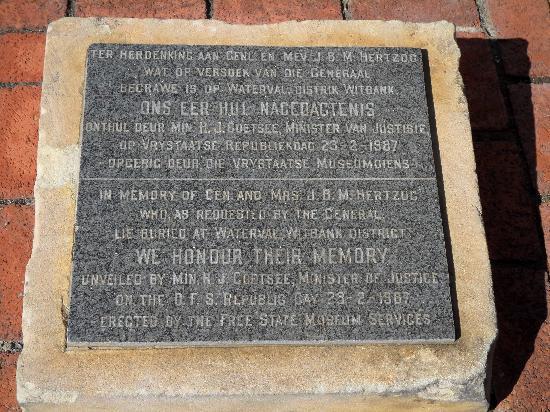 Hertzog Square : Plaque commemorating General Hertzog