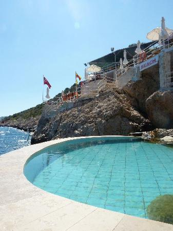Caretta Boutique Hotel : Saltwater pool at edge of the sea