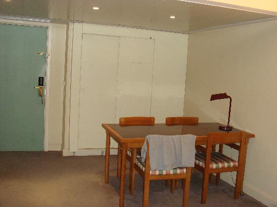 VIP Executive Marquês Aparthotel: behind the closed door there is a kitchenette