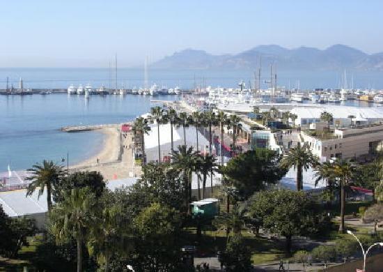 Cannes, Francia: Blick auf die grosse Ausstellungshalle und den Hafen