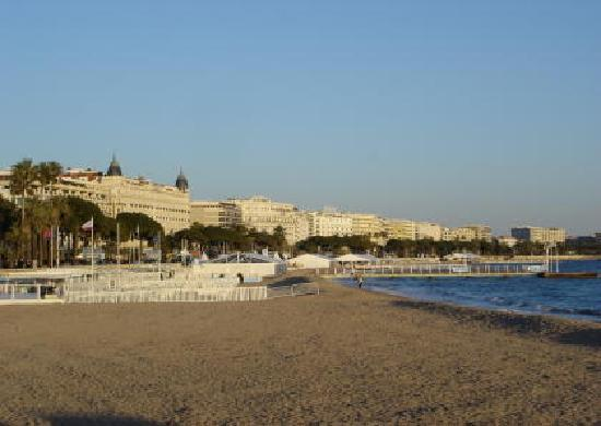 Cannes, Francia: Am Strand und Blick auf das Carlton Hotel
