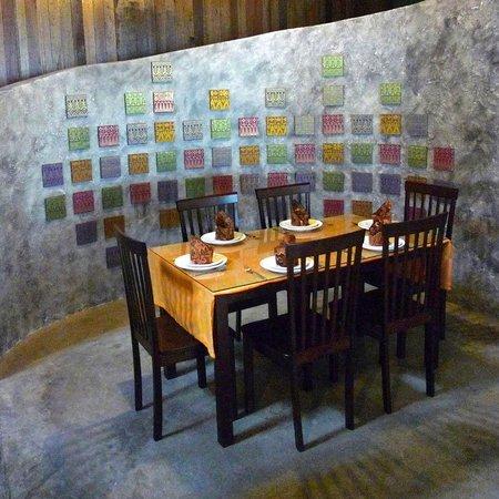 Songket Restaurant: Beautiful, shimmering songket material adorn the walls.