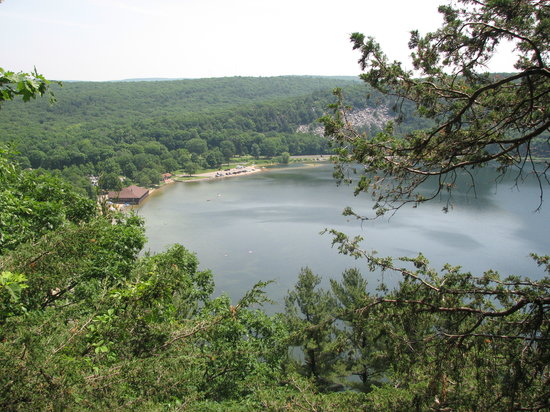 Devil's Lake State Park : View of the beach from the hike along the cliffs