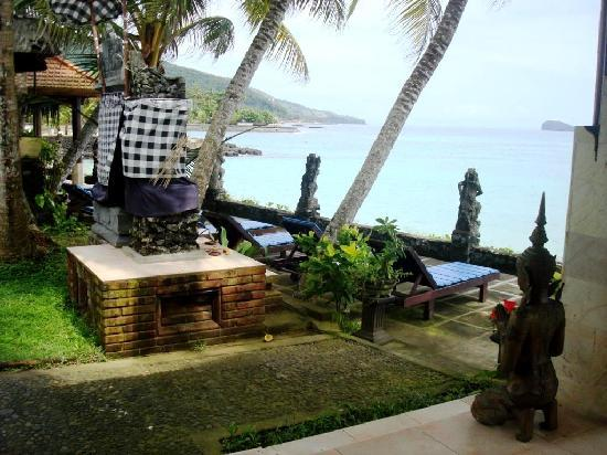 Anom Beach Inn Bungalows: Little terrace overlooking the sea