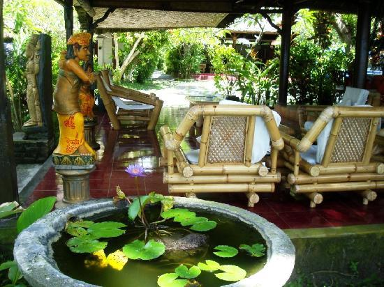 Anom Beach Inn Bungalows: Lounge with atmospere