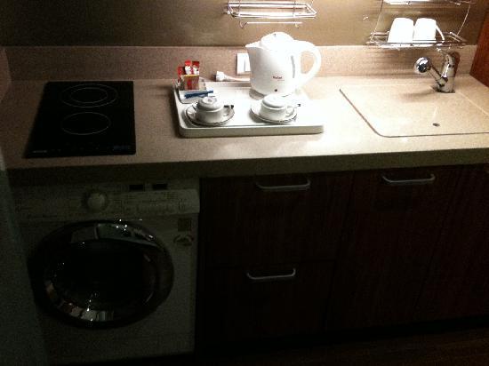 Novotel Ambassador Seoul Doksan: Kitchenette and Washing machine