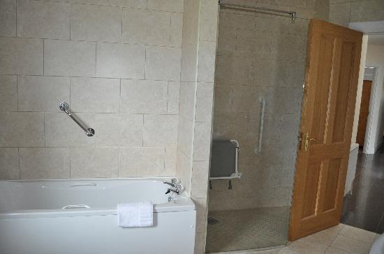Downings Coastguard Cottages: main bathroom - type d