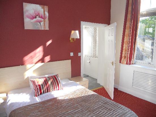 The Station Hotel: Bright sunny room