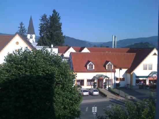 Sorgerhof: Blick aus Zimmer 203 auf die Kirche