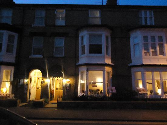 Seafield Guest House: the guesthouse at night