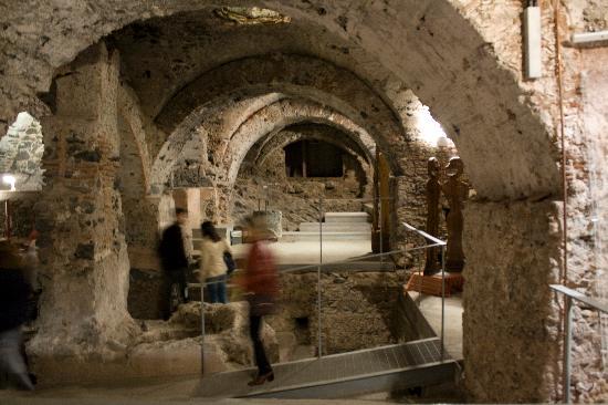 Monastero dei Benedettini: Magazzini delle Cucine settecentesche realizzati sulla lava del 1669