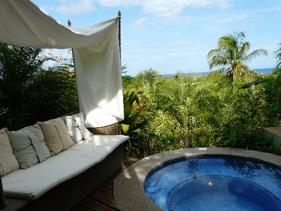 Tamarindo Village Hotel : private hot tub