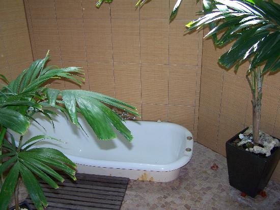 Magic Reef Bungalows: outdoor bath and shower area