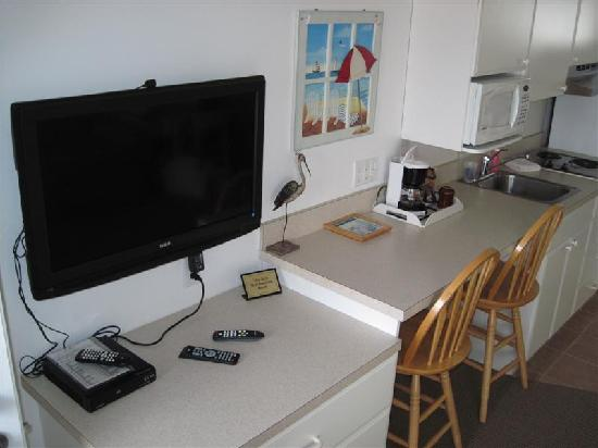 The Concord Suites: Big screen TV and kitchenette in living room