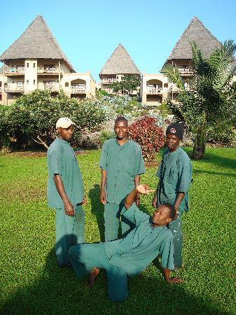 Neptune Pwani Beach Resort & Spa: Diese Männer pflegen den Garten
