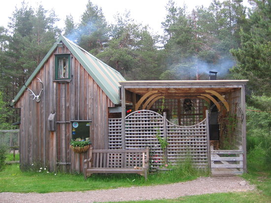 Lazy Duck Hut Hostel, Eco Cabins & Lightweight Camping Ground: with both the indoor jotul stove and outdoor fireplace lit