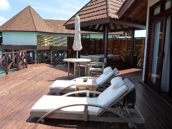 Robinson Club Maldives: テラスも広々、そのまま海へ降りれる階段もあります。