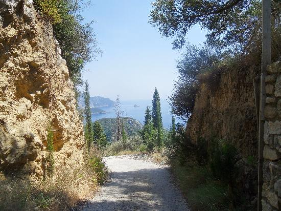 Corfú, Grecia: The path from Lakones down to Paleo
