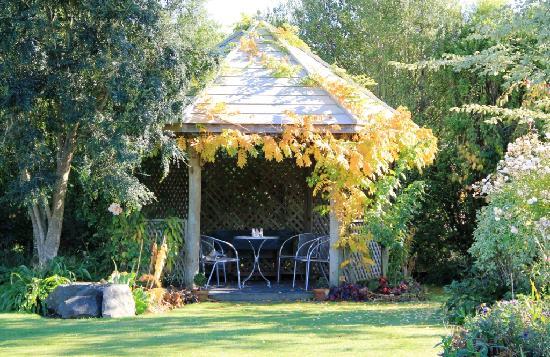 Cedar Park Gardens B&B: Gazebo in autumn