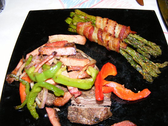 Wyoming's Rib and Chop House : Elk medallions...asparagus
