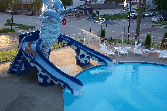 Colonial Motel: Fun in the pool!