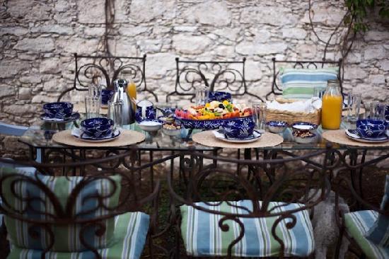 El Secreto de Pozos: Breakfast in the garden