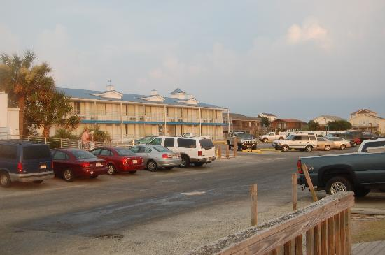 ‪‪Oak Island‬, ‪North Carolina‬: View of hotel from marina‬
