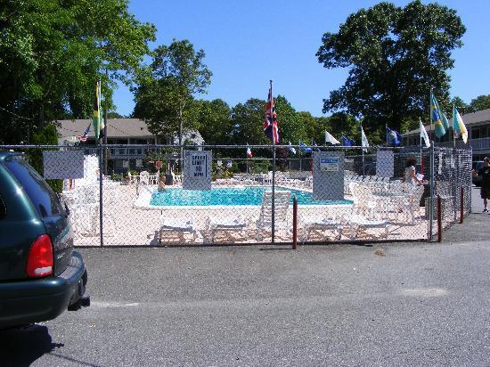 Town 'n Country Motor Lodge : Clean Heated outdoor pool