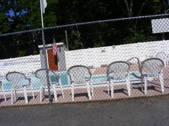 Town 'n Country Motor Lodge : Enjoyed Swimming...Tons of Chairs to relax