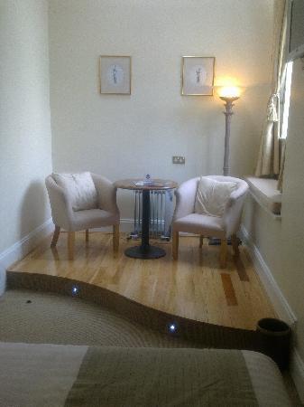 Headfort Arms Hotel: Seating area in bedroom