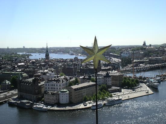 Malardrottningen Yacht Hotel and Restaurant: Lo yacht è a destra (vista dalla torre del municipio)