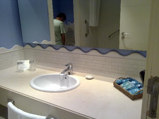 Islantilla Golf Resort Hotel : cuarto de baño con amenities