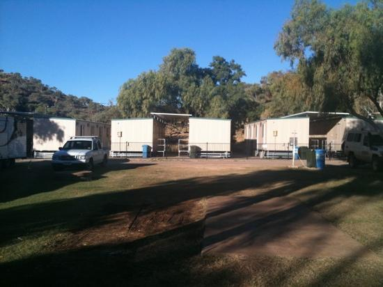 Mount Isa, Australië: queen ensuite 'cabin' from a distance - each donga has two 'cabins' in it.
