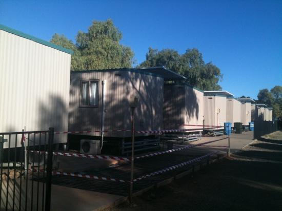 Mount Isa, Australië: row of 'cabins' - each donga has 2 to 3 'cabins'