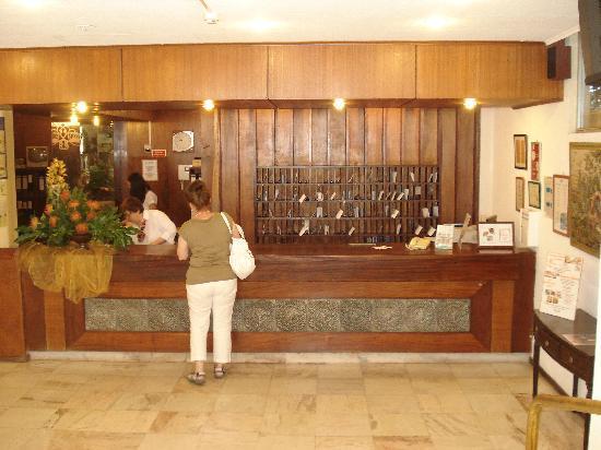 Dorisol Estrelicia : Front Desk