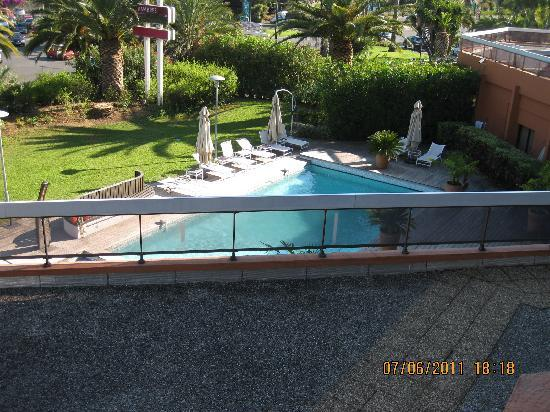 Mercure Hyeres Centre Hotel : Pool seen from 226