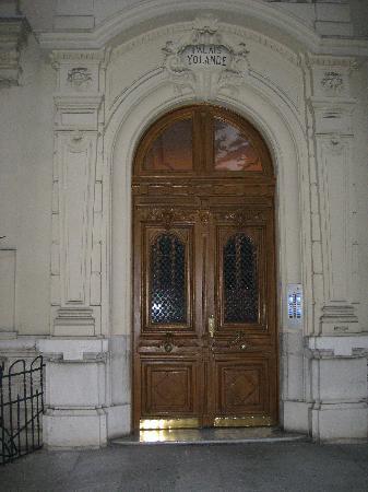 Hôtel Victor Hugo NIce : Front door of Victor Hugo to street