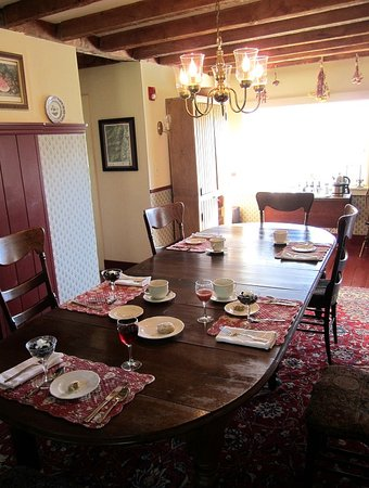 Beaver Pond Farm Inn: The Breakfast Room. Can you smell the maple bacon?