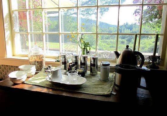 Beaver Pond Farm Inn : The view from the Breakfast Room. Mountains everywhere you look.