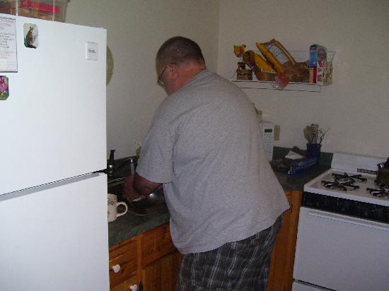 Mount Elbert Lodge: Making breakfast in the well stocked kitchen