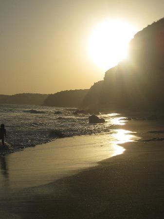 Apartamentos Os Descobrimentos: Sunset at beach next to Burgau