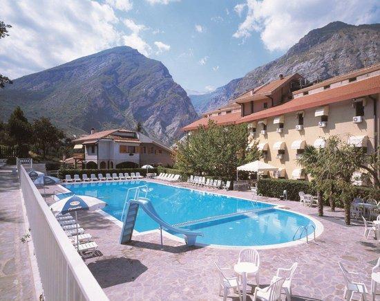 Fara San Martino, Italien: La Majella e l'Albergo con la sua piscina