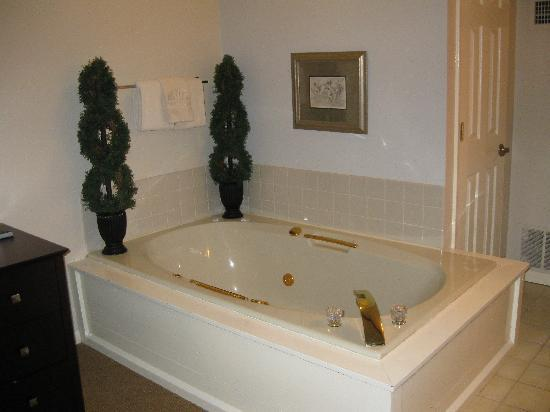 Pointes North Inn: 2 person whirlpool Bathtub