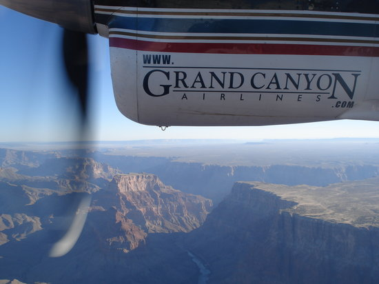 Tusayan, AZ: Flight over the canyon in 19-seat Vistaliner with over-sized windows.