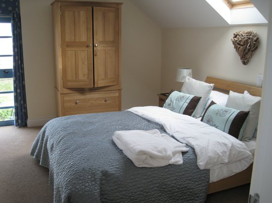 Breakwater Holidays: Main bedroom