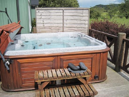 Highland Heather Lodges: Hot-tub