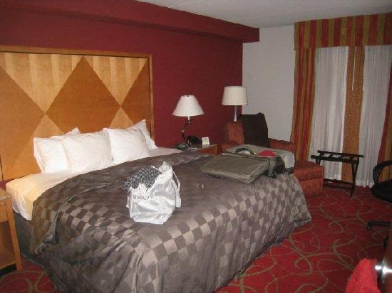 Comfort Suites Glen Allen: comfortable queen bed