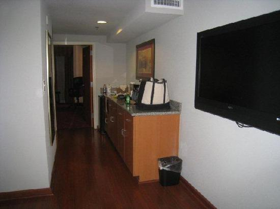 Comfort Suites Glen Allen: HArdwood floors in the outer room, hallway and bathroom.