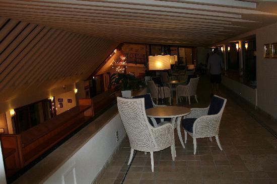 Riva del Sole Resort & SPA: locale sopra la hall
