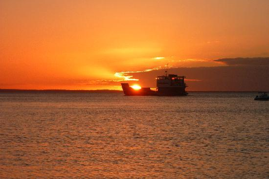 Kingfisher Bay Resort: sunset and kingfisher barge from beach